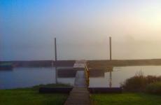 bootsteiger-aan-de-maas-in-de-mist